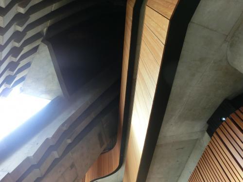 ちょっとわかりにくいですけど、建物の上に白いシェルがかぶさってる構造らしいっす。<br /><br />