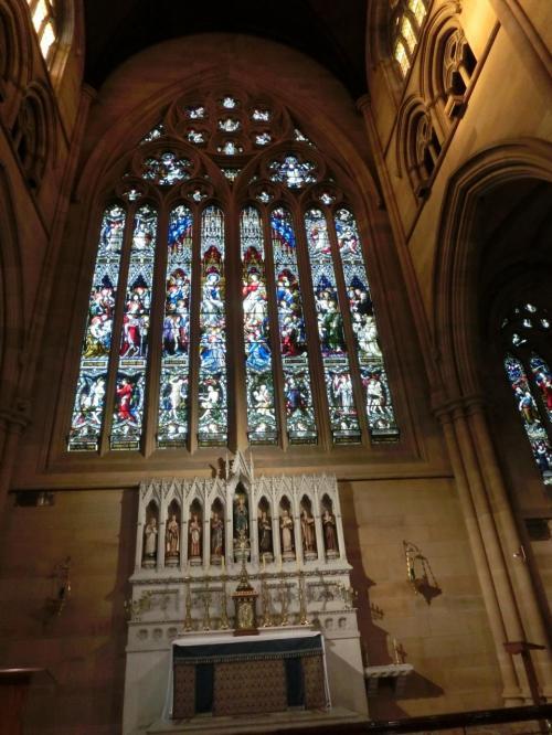 オペラハウスの後は、シドニーセントメアリー大聖堂へ。<br />教会はステンドグラスが綺麗だよねぇ。