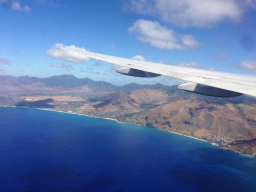 ~到着~<br /><br />機内左(A)の席から。海の色が深くてちょっと意外だった。右からのほうがハワイって感じの水色的な色なのかしら?<br /><br />定刻より30分だったか早く到着したが入国審査がかなり込み合っていて、飛行機でカンヅメになることに。<br />前に到着したJAL便(KIX発?)もカンヅメしてるとのこと。<br /><br />思ったよりは待たずに飛行機からは降りれた。なんかホノルル空港は昭和の雰囲気が漂っていい感じ。<br /><br />入国審査は英語で聞かれていたブースもあったが我々はバリバリ日本語の人だった。何日間~?位しか聞かれなかったような。<br /><br />荷物をピックアップして、関税の紙を渡して、いざ外へ。<br />てか、売店とか特に見つけられずいきなり外だった。日本とはちょっと違う。