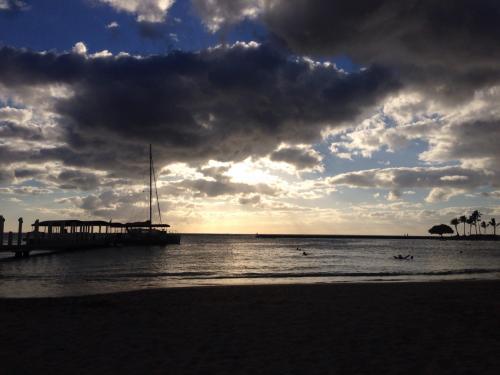 ~DAY 1~<br /><br />食事の後は敷地内を散策し、ABCストアでござを買ってホテルの目の前のビーチでサンセットとしゃれこんでみました、一応雨季のせいなのか雲は多めで日が暮れた後ほんの少しだけあめが降りました。<br /><br />本当に夕方になると涼しくてなんだか日本の秋みたい。でもこの時間も結構海に入ってる人がいる、外国人は日本人とは体温が違うのだろうか。<br /><br />とりあえず夜は怖いのでABCストアでラップサンドを買って部屋でゆっくり、しかし時差ぼけでなかなか寝れないのであった。