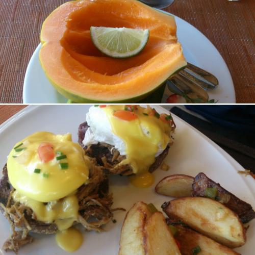 ~DAY 2 朝ごはん~<br /><br />朝はアリイタワーの下にあるトロピクスにて。<br />前日のシュリンプの重みが残っていたので2人でパパイヤとエッグベネディクト、あとオレンジジュースを頼みました。<br /><br />初めてパパイヤ食べたけどおいしすぎて毎日食べました。<br />エッグベネディクトはお肉がカルアポークでおいしい。<br /><br />コーヒーはサービス、この日はなぜかパイナップルジュースもサービスで進められました。