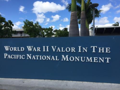 ~DAY 2 パールハーバー~<br /><br />まずはアリゾナ記念館の船のチケットをもらう、記念館へいくボートは何時間か先だったので先に戦艦ミズーリを見ることにする。<br /><br />アリゾナ記念館、ミズーリ、太平洋航空記念館、ボウフィン潜水艦と4つの見所があるがボウフィンは見なかった。<br /><br />施設内のひとは基本軍人なので強そうだしちょっと怖い。