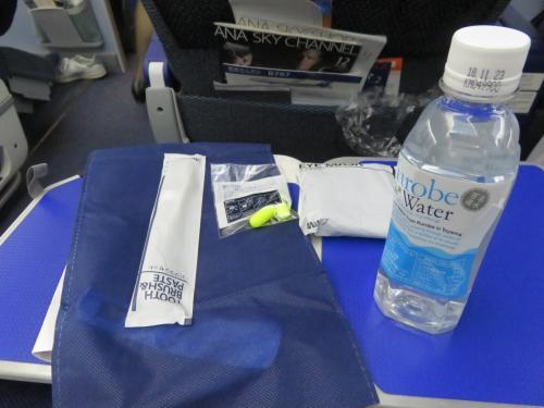 プレエコにUGしておきました。<br />14席中、空席は3席。<br /><br />真ん中の3人掛けで、隣はいなかったのでラッキー。<br />周りを見渡すと、連れがいない人は、全員隣は空いていた模様。<br /><br />スリッパと歯ブラシ、耳栓、ペットボトルの水が配られました。水は全員かもしれないけれど、ほかはプレエコ。