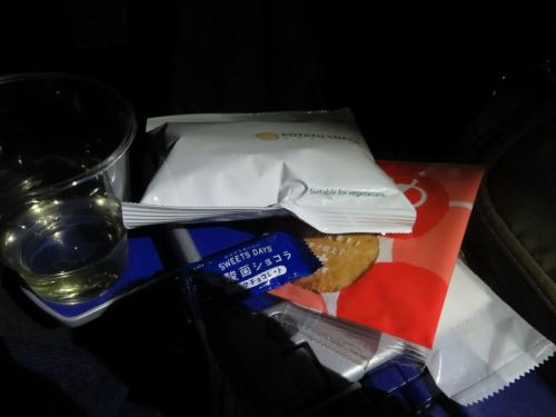スィーツも注文したかったけれど、朝と夜便は積んでいないんですって。<br />その代わり?にお菓子をくれました。