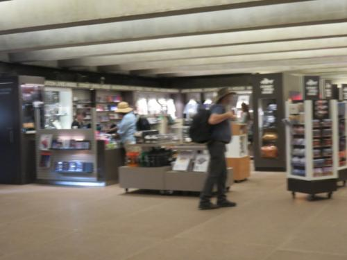 その前にオペラハウスの中に。<br /><br />土産物屋さんがあった。