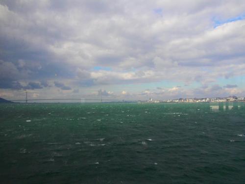 三宮を出航してから約1時間で明石海峡大橋の下を通過します。<br />遠くに見えているのが明石海峡大橋。<br />橋が近づいてきたら船内にアナウンスが入ります。