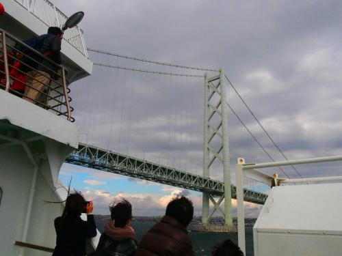 アナウンスを聞いてぞろぞろと皆さん外へ出てきます。<br />橋が近づくと歓声が!!