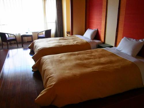 このホテルは全室オーシャンビューなんです。<br />今回泊まったのは、3階のモダンツインのお部屋。<br />和室をお洒落に改装して作られたお部屋だと思います。<br />ベッドが低いのが好きなので落ち着きます。