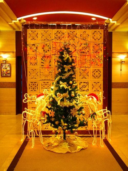 ロビーにはクリスマスツリー。<br />チェックインを済ませてフロントで軽くホテルの説明を受けました。