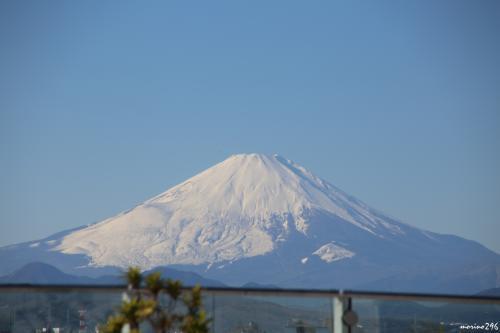 茅ヶ崎ラスカの屋上から眺める富士山<br /><br />雲ひとつない青空に浮かぶ富士山が眺められました。<br />前日、平地では雨でしたが、富士山では雪になっていたようで、冠雪が広がっています。<br />