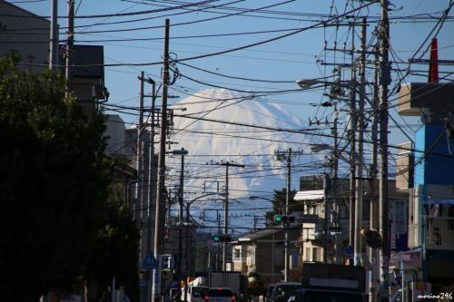 中海岸二丁目あたりから眺める富士山<br /><br />高砂通りの途中で右折、鉄砲道を西に向かい、中海岸二丁目を左折してサザン通りに入ります。<br /><br />これだけ大きく富士山が見えるのに、残念なが電線が多すぎませんか。