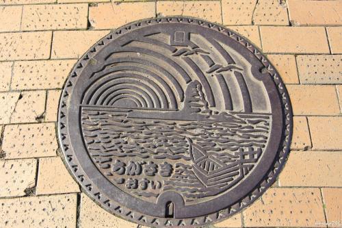 茅ヶ崎のマンホール 烏帽子岩と日の出でしょうか