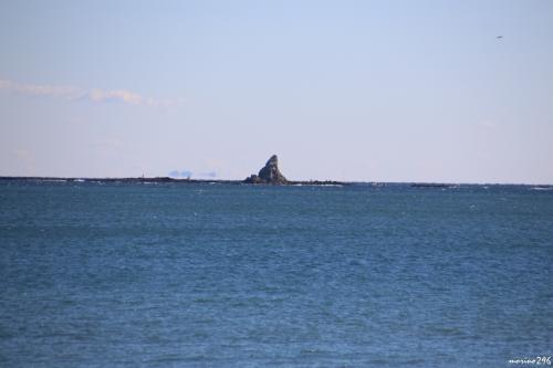 サザンビーチから眺める烏帽子岩<br /><br />茅ヶ崎のシンボルですね。