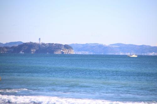 サザンビーチから眺める江の島<br /><br />望遠で撮っていますが、意外と近いですね。