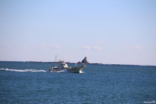 茅ヶ崎漁港から望む烏帽子岩