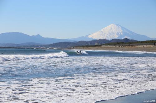 茅ヶ崎海岸西浜から眺める富士山<br /><br />波打ち際から、サーファーも入れて。