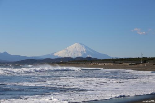 茅ヶ崎海岸西浜から眺める富士山<br /><br />空の右手に少しだけ雲がありますが、これだけ綺麗に富士山が眺められるのはラッキーです。