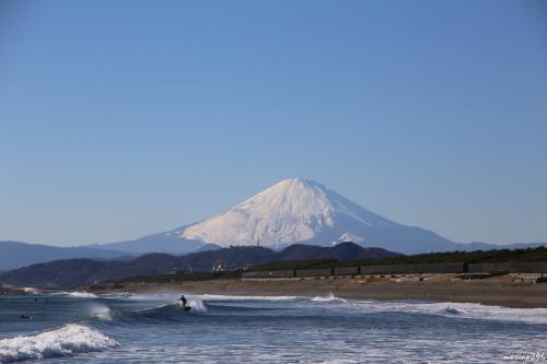 茅ヶ崎海岸西浜から眺める富士山<br /><br />この寒さの中、頑張るサーファーは凄いですね。