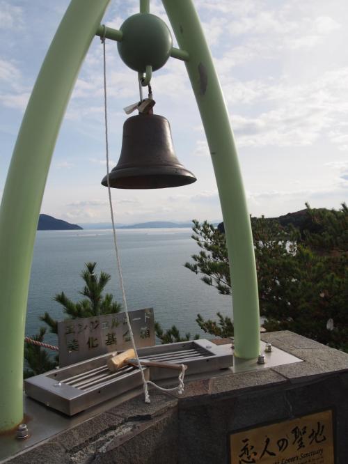 この場所はちょっと石段を登って来るんですがなかなかの急こう配で、下りる時がとても危ないです。<br />そして、この桂由美さんの恋人の聖地。日本にいくつあるんだろう。<br />結構何カ所かお目に掛ってます。<br />旅行記でも何度か登場しているはずです。<br />募金をして鐘を鳴らしました。