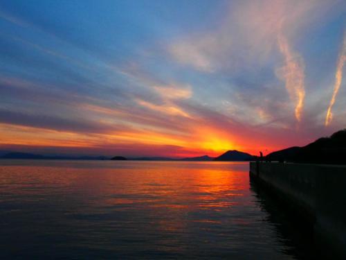 17時にレンタカーを返却なので坂手港に帰って来ました。<br />ちょうど日が沈むところで、すごく綺麗でした。<br />放射線状に雲が出ていて幻想的。