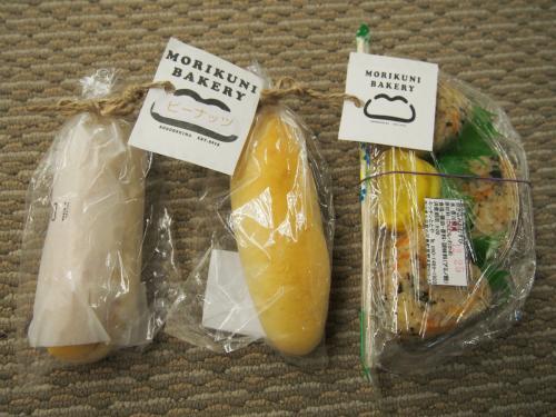 船が出航してすぐにかやくおにぎりとMORIKUNIベーカリーのパン(有名らしい)が販売されていたので急いで買いに行って無事手に入れました。<br />焦って買いに行ったけど普通にパンの自販機もあったんですよね・・・<br />ご飯を食べたら眠たくなって神戸まで2人で寝てました。<br />到着してすぐに連絡バスの乗り場に行ったのに、すでにバスは出てしまっていました。<br />これじゃ連絡バスって言わないと思うけど!!<br />フェリーの到着がほんの5分遅かっただけなのにバスに乗れず、三宮の駅まで寒空の下歩きました。プンプン!!