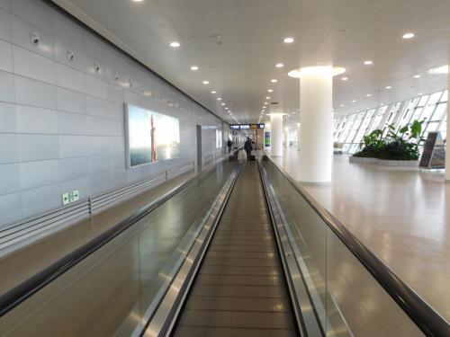 上海浦東国際機場到着。<br />飛行機降りてから歩く距離が長い…。
