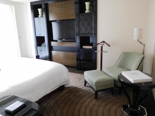 ホテルに着いたらそのまま部屋へ。<br />このあたりの対応はさすがPeninsula。<br /><br />Suiteだと1泊したらもう1泊無料というプロモーションがあったので、今回はSuiteにしてみた。