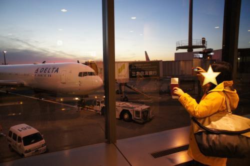 2016/12/24 16:46<br />成田空港。<br />シアトル行きボーディングまであと少し。<br />目的地のフェアバンクスまでは、成田からシアトル、そしてシアトルからフェアバンクスへの1回の乗り継ぎ。<br />DELTAは初めての航空会社。<br />頼んだよ!