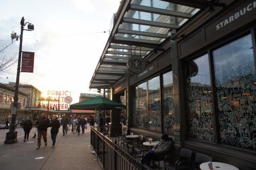 2016/12/24 15:48<br />パイク・プレイス・マーケットと言えば、スタバ1号店を見逃す訳にはいかない。<br />店内はすっごい人、人、人。<br />もはやここはコーヒーを飲むための店ではなくなってしまっているかのようだ。