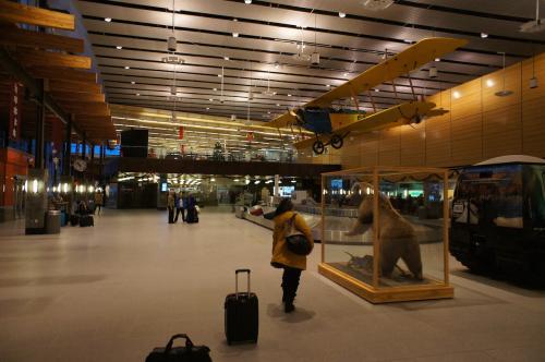 2016/12/25 10:49<br />空港のHertzカウンターでレンタカーを受け取る。<br />少し落ち着いたので空港内を改めて見まわす。<br />北極クマとアンティークな飛行機が飾られた、いい感じの空港だ。