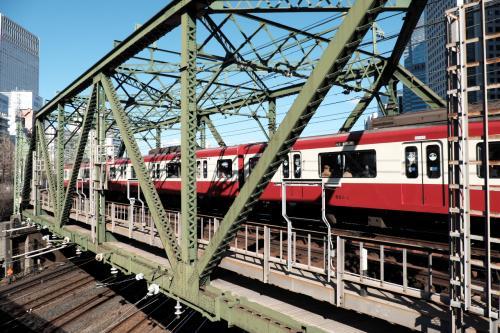 京急電鉄八ッ山橋鉄橋<br /><br />タイトルの「旧東海道」と何らつながりませんが、近くを通っているって理由だけで採用ですw(笑)<br />ちなみに周囲は仕事始めのサラリーマンだらけ。<br />そこでカメラを構えている中年太りの私って・・・<br /><br />