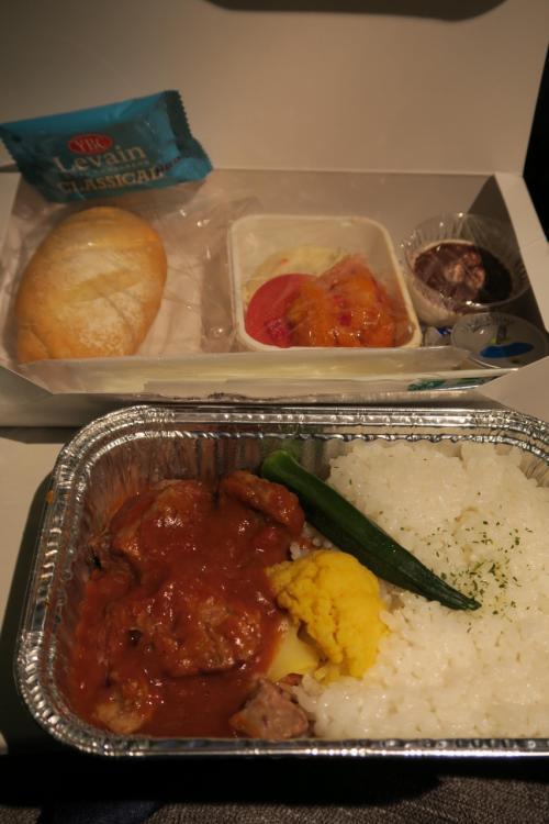 最初の機内食<br />チキンとビーフがあったはずが、すでにチキンは売り切れ<br />ANAケータリング製