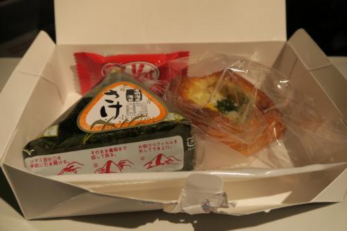 2回目の機内食<br />あまりお腹が空いてなかったので、飛行機を降りてから食べようとテーブルに置いておいたら、ごみとして回収された…