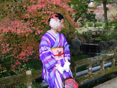 今回の着物はてくてく京都さん<br />http://tekutekukyoto.com/<br /><br />てくてくプラン\5,000<br />カイロと5円(お賽銭用)のおまけをいただきました♪<br />レトロなアンティーク着物に惹かれて予約、特に帯が可愛くてめっちゃ迷いました(>_<)☆<br />バッグも可愛いのが多くて迷う迷う。<br />柄襟オプションがなかったのはちょっと残念。<br />私には幾何学模様がしっくりきて、ついつい毎回選んじゃう。<br /><br />お着物って着物単体で好きなものと、帯と合わせた時に良いと思うものは全く別なので着物と帯を合わせて選びたいところですが、こちらのお店も別でした~・・・スムーズに回転させる為には仕方ないのでしょうがちょっと残念。<br />1Fで着物を選んでから2Fで帯を選びます。<br />あと、ちまさんの着付は綺麗だったけど、私の着付は所々残念でした(^^;)