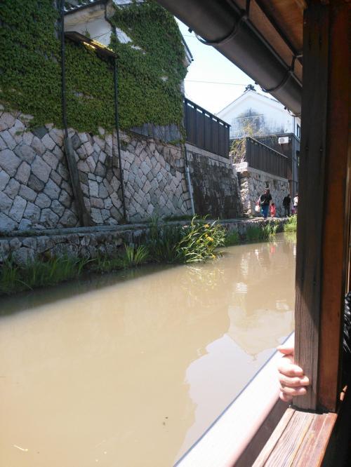 舟に乗って八丁堀めぐり<br /><br />かわらミュージアムの裏手に乗り場があります。30分ほどの船旅です。