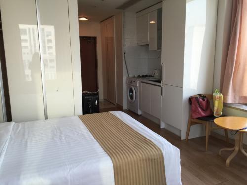 ホテルは現代レジデンス。7500円くらいでした。朝食なし。税・サ込み。<br />レジデンスというくらいなのでキッチンがついてます。<br />ソウルホテル高いのでなかなかコスパよい!