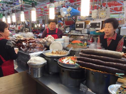 ホテルは中部市場や広蔵市場のそばなので、朝ごはんは市場でいただく。<br />どの国にいっても市場はワクワクしますね♪<br />韓国語のできる友が一緒なので心強いーー<br /><br />韓国は観光でなく用事があって来たので食事もけっこうその辺の店ですませちゃったりお金かからなかったカモ。<br /><br />食べたものの記録程度ですが<br />⇒つづきはこちらから<br />そこそこトラベラー★旅の記録<br />http://sokotabi.exblog.jp/23530058/<br />