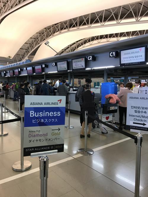 旅の始まりはいつもの関空第一ターミナル4階 <br />OZ便はCカウンター<br /><br />2.30pmチェックインカウンターは比較的空いてます<br /><br />スターアライアンスのフライトは今回から晴れてNH*Gです!(^.^)<br />(昨年はステータスマッチのTK*Gに大変お世話になりました)<br /><br />チケットは11月中旬にアシアナ航空ウェブから購入<br />21,850円(エコノミー、Vクラス 往復)<br /><br />ANAラウンジの案内を受けておきながら、、