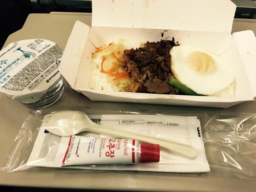 機内食はあったかいプルコギ飯<br /><br />前回も同じものを食べましたが、これが結構美味しい<br /><br />ええ、もちろん完食です!