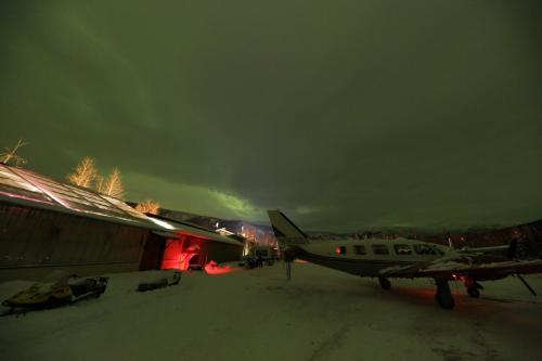 新年を迎える直前、西の空の雲の切れ目からオーロラが