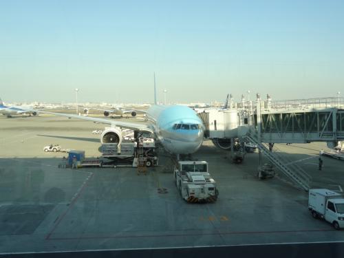 羽田空港から出発です。<br /><br />年明け出発も結構混むんですね。<br />お友達はマイカーで空港近くのパーキングを利用し送迎バスで空港へ来る予定だったのですが パーキングの入庫から大混雑で集合時間に間に合わないと連絡が(>_<)<br /><br />送迎バスも長蛇の列ですぐ乗れなかったのでタクシーを頼み20分遅れで到着となりました。間に合って良かった(*^_^*)<br /><br /><br />