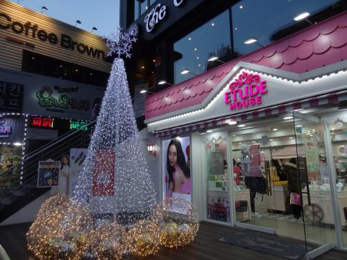 弘大へ来ました。<br /><br />お友達の娘ちゃんは高校生。メイクに関心のある年頃なので<br /><br />韓国主要化粧品を見て回ります。