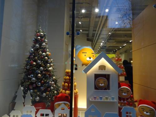 クリスマスはいつ片づけるのかな?<br /><br />弘大ショップは並ばずに入れました。