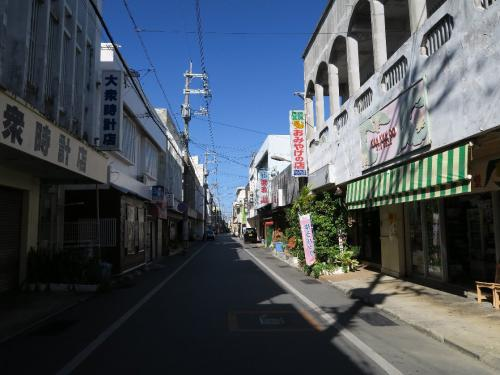 宮古島平良の中心、西里通り<br /><br /> 船で渡りたかったのですが定期船がありません。かつてはスカイマークの安い便が飛んでいたのですが無くなりました。ここは東京-那覇間より高いJTA,ANAを利用するしかありません。着けばさすがに元旦でだれもいません。食事処もほとんど休みのよう。 宮古島は東京と比べ、経度で15度西にあり、約1時間の時差がある。18時でもまだ明るい。(ここは北緯25度、東経125度と覚えやすい。ちなみにN40度、E140度が八郎潟)