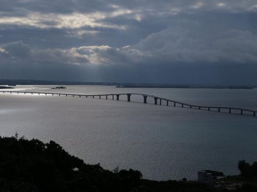 伊良部大橋<br /><br /> 朝、伊良部島側から<br />2015年1月完成、全長3540m 無料の橋としては日本一長い。歩けば1時間かかります。<br />