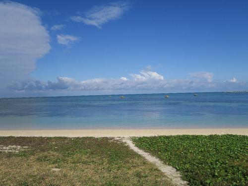 伊良部島 佐和田の浜<br /><br /> まるでジブリの絵、とてもきれいなビーチです。なぜこれだけ海が綺麗かといえば、宮古島には山がないからです。山がないから川がない。川がないから土砂が流れ込まない。南西諸島にはこういった珊瑚礁の島として波照間島や黒島、竹富島、与論島があります。ここにはハブもいません。<br /><br />・青空を海に落として明日睦月<br /><br />・青い海あおい空から落ちてくる