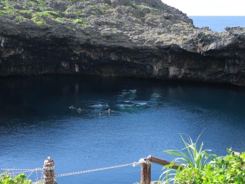 下地島 通り池<br /><br /> 鍾乳洞の天井が崩れた池。底は海と繋がっています。 泡が出てきたので伝説の人魚が現れるかと期待したら、海から潜ってきたダイバーたちでした。