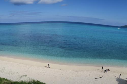 池間島<br /><br /> 宮古島のビーチの砂はとても白く細かく、そして美しい。日本一といっていい。ここを見ないヤツがいるなんて・・・<br /><br /> ・海面を退かせて見たし珊瑚礁