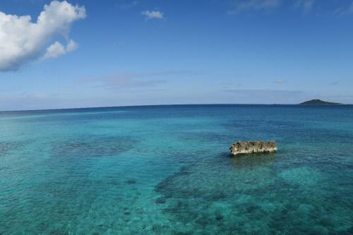 池間大橋から<br /><br /> 右手奥に見えるは大神島 しばらくいい天気が続いている。<br />そもそも沖縄は冬でも海水温が高く、水分が蒸発するところに冷たい北風が吹きこむことで雲が発生し、天気が悪い日が多くなる。