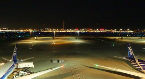 屋上へ上がると滑走路を見渡すことが出来ます。夕涼みには絶好のロケーションでしょうか、又、飛行機撮影マニュアには聖地なのかもしれません。<br />右側の飛行機が、これから搭乗する787です。